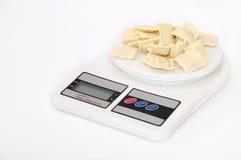 Ravioli mit Fleisch auf der Küchenskala Stockfotos