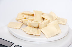 Ravioli mit Fleisch auf der Küchenskala Stockbilder