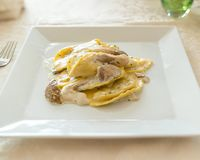 Ravioli mit Pilzen und Sahnesauce Stockfoto