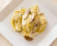 Ravioli mit Porcini und Sahnesauce Lizenzfreies Stockbild