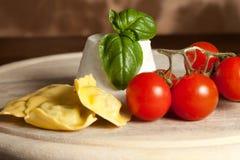 Ravioli mit ricotta und Tomaten lizenzfreie stockfotos