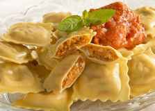 Ravioli mit Tomatensauce Stockfotos