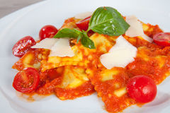 Ravioli och körsbärsröda tomater Royaltyfria Bilder