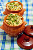 Ravioli in potten op een servet royalty-vrije stock afbeeldingen