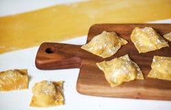 Ravioli, producenti la pasta casalinga dell'uovo con il riempimento Fotografie Stock