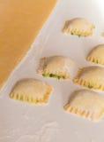 Ravioli som är välfylld med ost och spenat Arkivfoton