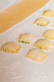 Ravioli som är välfylld med ost och spenat Royaltyfri Bild