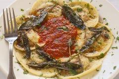 Ravioli som fylls med nötkött, griskött och champinjoner Arkivbild