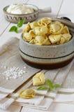 Raviolis con crema agria Imágenes de archivo libres de regalías