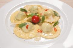 Raviolis con del rojo pimienta chily y albahaca dulce Imagen de archivo libre de regalías