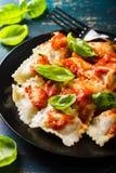 Raviolis con la salsa y la albahaca de tomate imagen de archivo