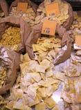 raviolis crudos hechos con los huevos y la harina frescos para la venta en el groce Imagen de archivo