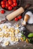 Raviolis de las pastas en la harina Fotos de archivo libres de regalías