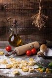 Raviolis de las pastas en la harina Foto de archivo