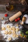 Raviolis de las pastas en la harina Imagen de archivo libre de regalías