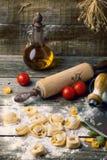 Raviolis de las pastas en la harina Imágenes de archivo libres de regalías