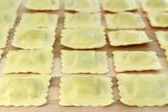 Raviolis dispuestos en fila Foto de archivo