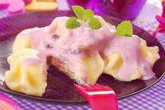 Raviolis dulces con el yogur de arándano Imagen de archivo