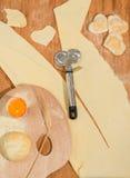 Raviolis hechos en casa en la forma del corazón con un cortador de la pasta de la paleta y de la rueda del pintor Imágenes de archivo libres de regalías