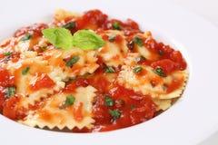 Raviolis italianos de las pastas con la salsa de tomate en la placa Fotografía de archivo