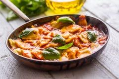 Raviolis italianos o mediterráneos de las pastas de la comida de la salsa de tomate imágenes de archivo libres de regalías