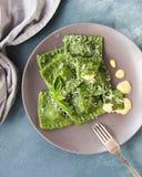 Raviolis verdes con el camarón y espinaca y salsa cremosa Imagenes de archivo