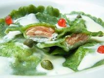 Raviolis verdes con la salsa blanca de color salmón Fotos de archivo