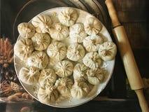 Raviolis y bolas de masa hervida rusas de la harina, de la carne y de las especias Foto de archivo libre de regalías