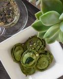 Raviolis y infusión de hierbas verdes de la espinaca fotografía de archivo libre de regalías