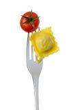 Raviolis y tomate en una fork Fotografía de archivo libre de regalías