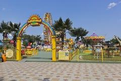 Ravissez au ` de Sunny Island de ` de parc d'attractions du ` s d'enfants dans le village de station de vacances de Dzhemete, Ana Photographie stock