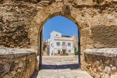 Ravissez la porte à la place de château dans Bunol Photographie stock