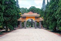 Ravissez la porte de Truc Lam Temple en parc, Dalat Vietnam photographie stock libre de droits