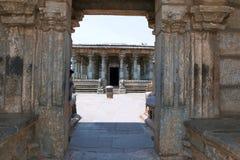 Ravissez la porte du complexe jain de temple de Basadi Halli, Karnataka, Inde Photographie stock libre de droits