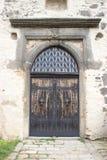 Ravissez la porte en bois au château avec des heurtoirs photographie stock libre de droits