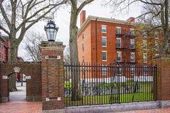 Ravissez la porte et le dortoir dans la cour de Harvard de Harvard Universit Images libres de droits