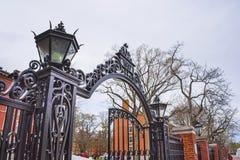 Ravissez la porte et les dortoirs dans la cour de Harvard de Harvard Univers Photographie stock libre de droits