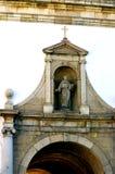 Ravissez la voûte par le mur environnant dans la vieille ville de Faro Image stock