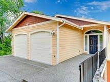 Ravissez le porche avec les balustrades noires de porte et de fer Photo stock