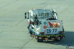 Ravitaillement de dirigeant et de camion d'aéroport des avions Image libre de droits