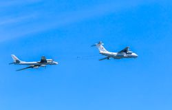 Ravitailleur en vol Il-78 (MIDAS) et bombardiers stratégiques de Tu-95MS images stock