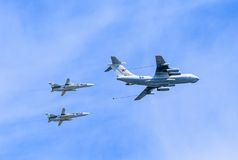 Ravitailleur en vol Il-78 (MIDAS) et 2 Su-24 (escrimeur) Image libre de droits
