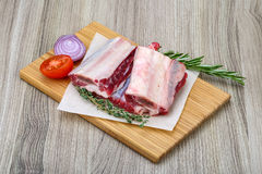 Raw beef ribs. With rosemary and thyme - ready for cooking Royalty Free Stock Photos