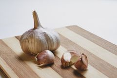 Raw garlic on the cutting board Royalty Free Stock Photography