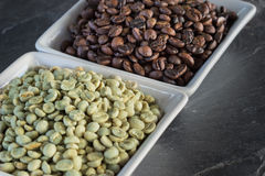 Raw and roasted coffee beans Royalty Free Stock Photos