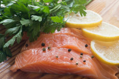 Raw salmon with parsley, pepper and lemon Royalty Free Stock Photos