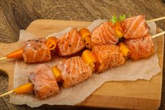 Raw salmon skewer. With spices ready for cooking Royalty Free Stock Photos