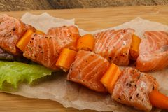 Raw salmon skewer. With spices ready for cooking Royalty Free Stock Photography