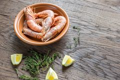 Raw shrimps with lemon wedges Royalty Free Stock Images
