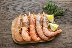 Raw shrimps with lemon wedges Royalty Free Stock Photos